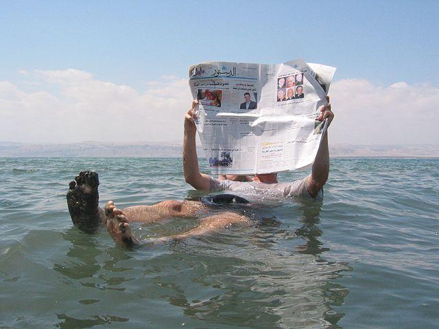 L'acqua del Mar Morto contiene un'elevata quantità di sale, che la rende molto più densa dell'acqua pura. Per questo motivo risulta molto più semplice galleggiare, per via della spinta idrostatica molto più elevata.
